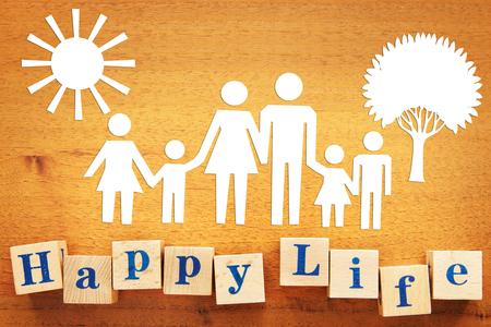 Glückliches Leben einer großen Familie. Scherenschnitte auf einem Holzschreibtisch