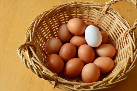 huevo blanco: huevos de color marrón y blanco en una cesta de mimbre