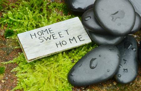 Casa dolce casa di testo con pietra e muschio