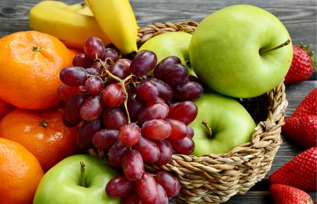 frutas mistas de verão na cesta