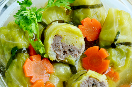 Stuffed Cabbage Rolls Clear Soup with carrots Banque d'images