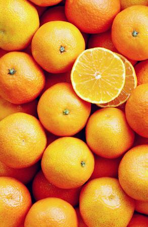 Veel mandarijn in de markt met full-frame en foto verticaal