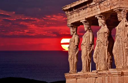 Die Magie der Athene mit Sonnenuntergang und Meer. Standard-Bild