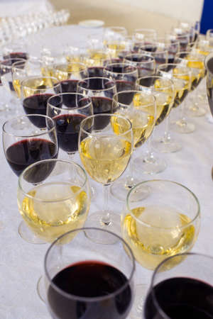 white and red wine in glasses on a banquet table Standard-Bild