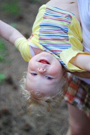 cabeza abajo: El niño colgado boca abajo y sonriendo