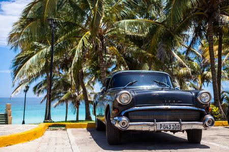 Cuba Amerikaanse klassieke auto geparkeerd in de buurt van het strand Redactioneel