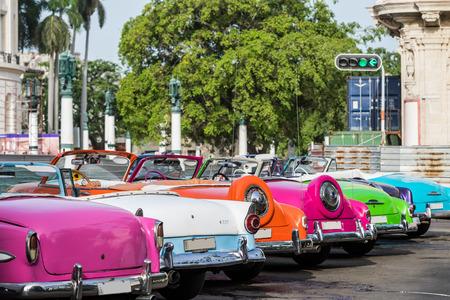 Vele kleurrijke Amerikaanse Oldtimers geparkeerd in serie in Havana