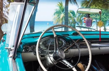 Cockpit van een klassieke cabriolet auto in Cuba met uitzicht op de oceaan