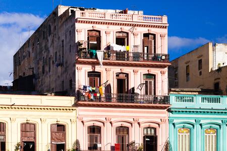 bodegones: Cuba Vista deatil de los edificios en la calle principal de La Habana Editorial