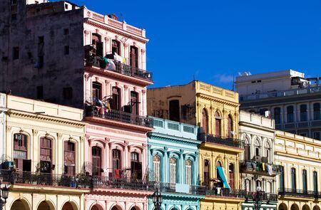 bodegones: La Habana Cuba edificios en la calle principal Editorial
