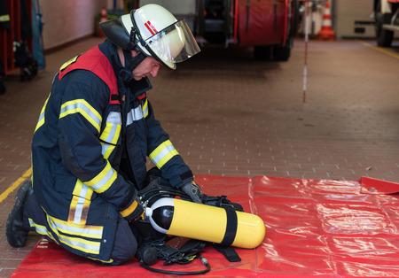 bombero: Bombero con Cilindro de ox�geno Foto de archivo