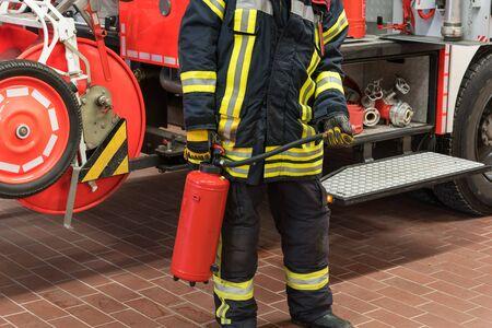 bombero: Bombero en la acci�n con el extinguidor Foto de archivo