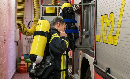 bombero: Firfighter en acci�n con tanque de ox�geno