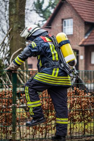 luft: HDR - Feuerwehrmann im Einsatz mit Atemschutzmaske Editorial
