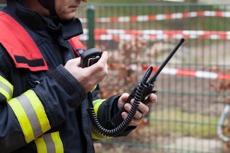 HDR - 消防士は、アクションでトランシーバーを使用