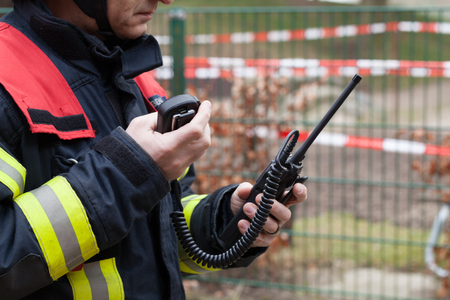HDR - Brandweerman gebruik gemaakt van een walkie talkie in actie