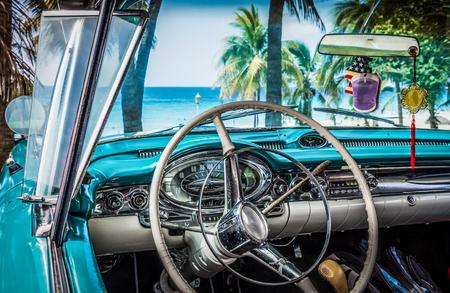 mit: HDR - Interieur Cockpit Ansicht von amerikanischen Oldtimern am Strand mit Blick auf das karibische Meer - Serie Kuba Reportage Editorial