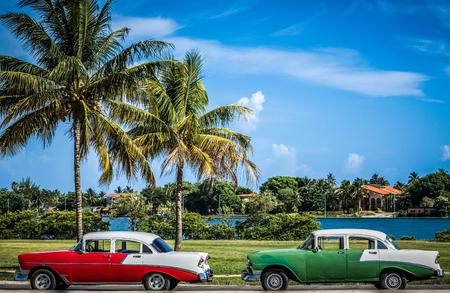 amerikanischer Buick Oldtimer in der Nähe vom Strand unter Palmen in Varadero Kuba - Serie Kuba Reportage