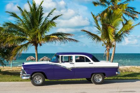 Amerikaanse blauwe klassieke auto geparkeerd aan het strand in Havana Cuba - Serie Cuba Reportage