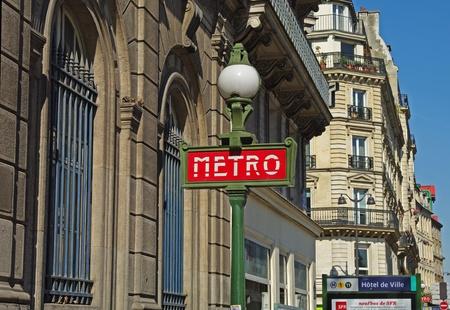 A typical metro sign on Paris street. 版權商用圖片