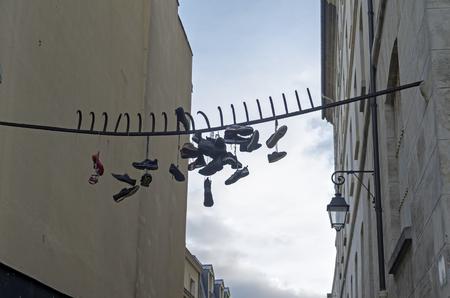 rejas de hierro: Zapatos viejos cuelgan de las barras de hierro. Barrio Latino de París, Francia. Foto de archivo