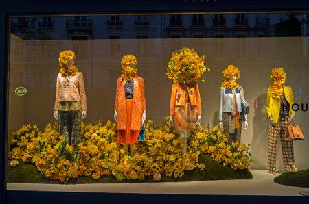 PARIS, FRANCIA - 8 DE MAYO, 2016: Los maniquíes en el escaparate de una tienda por departamentos en París, Francia. La primavera y el verano el tema. Editorial