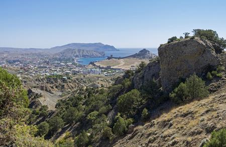 enebro: Vista de la ciudad de Sudak Sudak bahía y desde las laderas de las montañas de los alrededores. Crimea, septiembre.