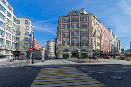 paso de peatones: Moscú, Rusia - el 2 DE OCTUBRE DE, 2016: La combinación de diferentes estilos de la arquitectura en Moscú. Constructivismo y la tradición de la arquitectura de finales del siglo 19.