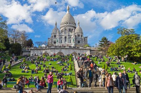 sacre coeur: PARIS, FRANCE - 1er AVRIL 2017: Touristes sur la colline de Montmartre sur le fond de la basilique du Sacré-Coeur. Le début d'avril. Paris, France.