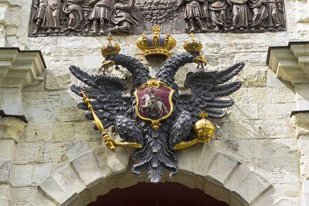 Petites armoiries de l'Empire russe sur le mur au-dessus des portes de la forteresse Pierre et Paul. Saint-Pétersbourg, Russie.