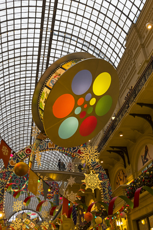 Moscow, Russia - December 2, 2018: New Year and Christmas decorations in the galleries of the Main Universal Store. 版權商用圖片 - 133405653