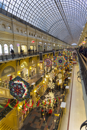 Moscow, Russia - December 2, 2018: New Year and Christmas decorations in the galleries of the Main Universal Store. 版權商用圖片 - 133405655