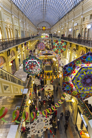 Moscow, Russia - December 2, 2018: New Year and Christmas decorations in the galleries of the Main Universal Store. 版權商用圖片 - 133405659