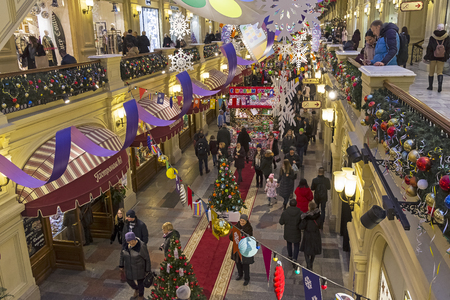 Moscow, Russia - December 2, 2018: New Year and Christmas decorations in the galleries of the Main Universal Store. 版權商用圖片 - 133405662