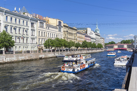Saint Petersburg, Russia - June 16, 2019: Pleasure and sightseeing boats with tourists on the Moika River. Sunny day in June. 新聞圖片