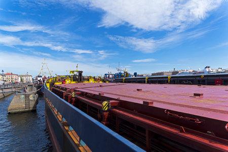 Saint Petersburg, Russia - June 12, 2019: Cargo ships moored at the embankment of Lieutenant Schmidt. 版權商用圖片 - 133405675