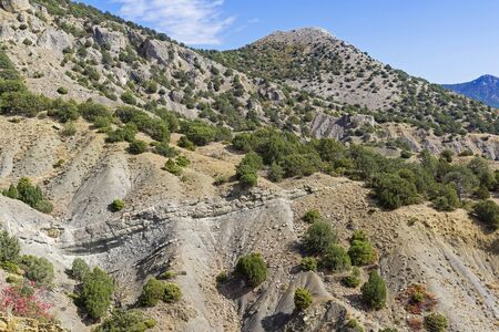 Ravins d'argile au pied des montagnes. Sur les pentes des ravins, on peut voir la structure des roches sédimentaires. Crimée, journée ensoleillée en septembre.