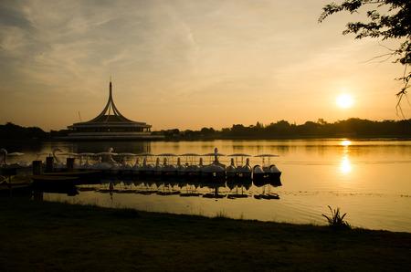 Salida del sol en Suanluang Rama IX