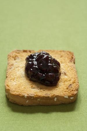 melba: Primer plano de italiano org�nico hecho a mano mermelada de bayas mixtas en una tostada melba