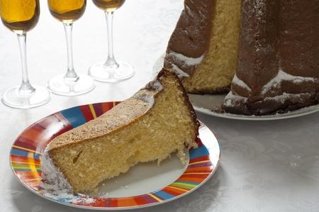 Opini�o do Close-up de Pandoro, italiana tradicional bolo de Natal de Verona, e copos de vinho