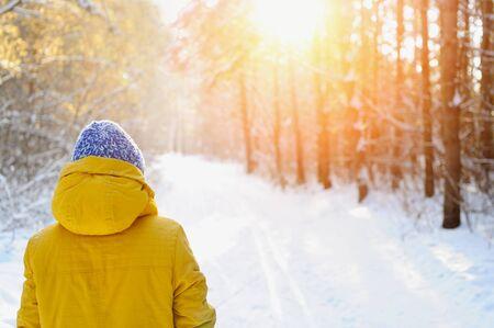 winter park: Happy beauty woman walking in the Park in winter