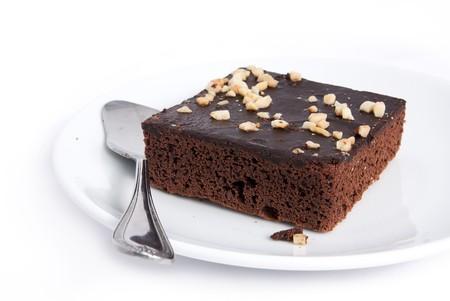 brownie: Brownie de cuadrados sobre un fondo blanco aislado