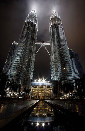 petronas: Kuala Lumpur, Malasia-diciembre 30, 2010: vistas de noche de hito en diciembre 30,2010 torres gemelas de Petronas, Kuala Lumpur, Malasia. Vista detallada de las Torres Petronas