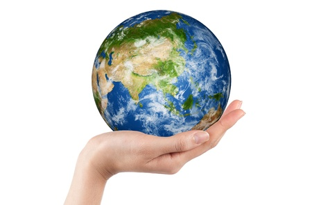 손에 격리 된 흰색 아시아를 보여주는 지구를 들고. 지구 이미지는 NASA http:www.earthobservatory.nasa.gov에서 제공하는 포토샵 및 지구 글로브의 이미지 생성
