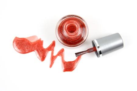 flacon vernis � ongle: Ouvrez ongles bouteille polir avec chute rouge � ongles vernis � paillettes comme gros plan sur fond blanc Banque d'images