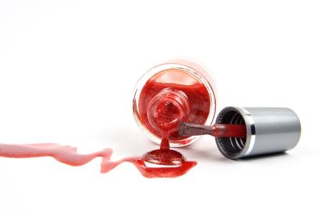 flacon vernis � ongle: Ouvrez ongles bouteille de vernis � ongles rouge au d�crochage paillettes polonais gros plan sur fond blanc