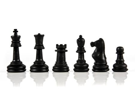 흰색 배경에 체스 조각의 스택