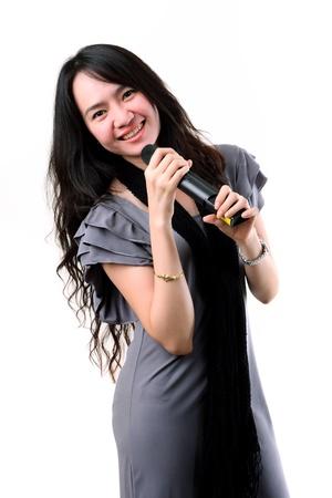 아시아 가라오케 가수는 흰색 배경에 고립