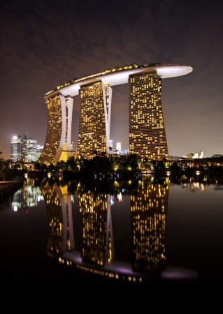 Singapore, Singapore - SEPTEMBER 10, 2012: Marina Bay Sands, designed by Moshe Safdie, the integrated resort casino and shopping center in Singapore. 에디토리얼