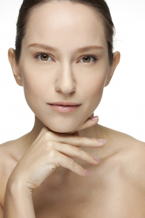 csak a nők: Gyönyörű fiatal nő megható arcát bőrápolók Perfect Skin Spa elszigetelt fehér alapon